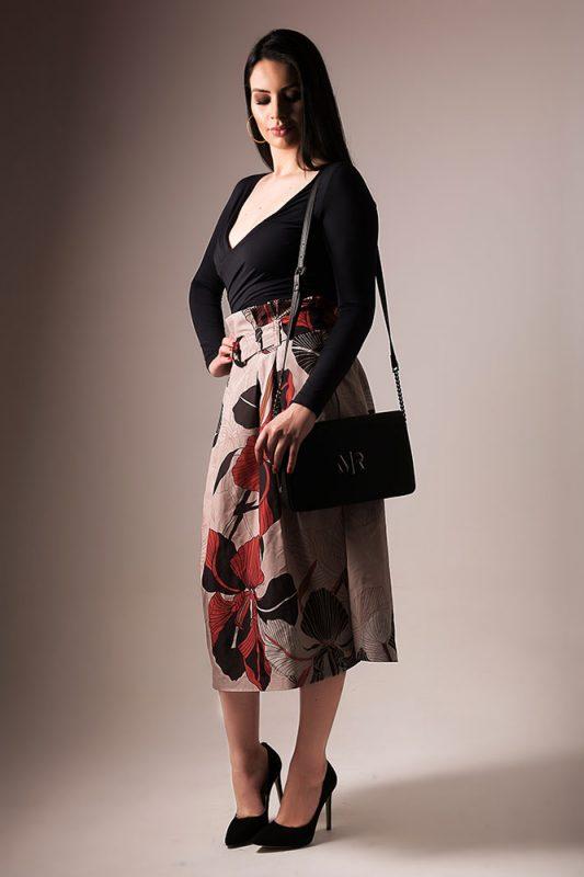 Blusa preta manga longa + saia estampada + sapatos e bolsa preta