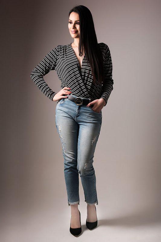 Blusa Listrada combinada com calça Jeans e Scarpin preto