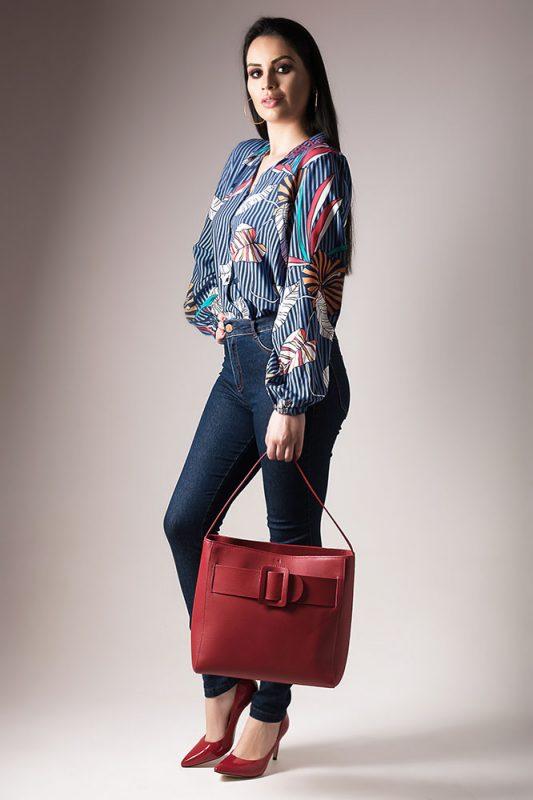Blusa estampada manga balonê + calça jeans + bolsa e scarpin vermelho